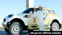 Президент Гурбангулы Бердымухамедов возле своего спортивного авто (Иллюстративное фото)