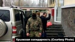Крымского адвоката Эмиля Курбединова заводят в здание Киевского районного суда Симферополя. 6 декабря 2018 года