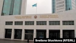 Вход в мажилис парламента Казахстана.
