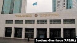 Главный вход в здание мажилиса парламента Казахстана.