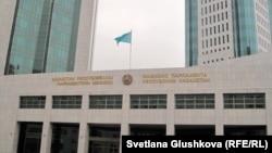 Главный вход в мажилис парламента Казахстана.