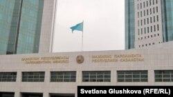 Парламент мәжілісі ғимаратының кіреберісіне тігілген ту. Астана, 27 қазан 2011 жыл. (Көрнекі сурет).
