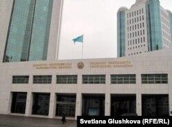 Қазақстан парламенті мәжілісінің кіре берісі. Астана, 27 қазан 2011 жыл.