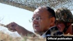 Министр обороны Армении Сейран Оганян на нахичеванском участке армяно-азербайджанской границы (архив)