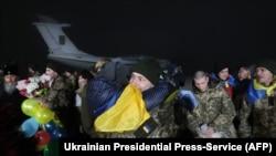 Рідні зустрічають звільнених українських заручників в аеропорту «Бориспіль», 27 грудня 2017 року