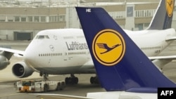 Germany -- An airplane of German flag carrier Lufthansa taxies on the runway at the airpost in the central German city of Frankfurt am Main, 17Feb2010