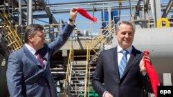 Віктор Янукович (л) і Дмитро Фірташ (п) на церемонії відкриття нового цеху на підприємстві «Кримський титан», Армянськ, фото 27 квітня 2012 року