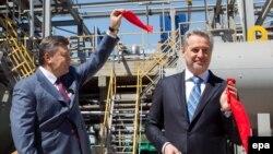 Віктор Янукович і Дмитро Фірташ відкривають підприємство «Кримський титан» у місті Армянську у Криму, фото 27 квітня 2012 року