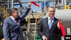 """Виктор Янукович и Дмитрий Фирташ (справа) на церемонии открытии нового цеха на предприятии """"Крымский титан"""". Город Армянск, Крым. 27 апреля 2012 года."""