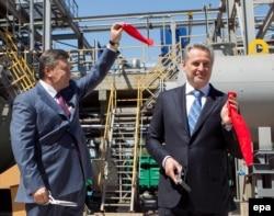 Дмитрий Фирташ (справа) и Виктор Янукович открывают в Крыму завод по производству серной кислоты. Апрель 2012 года