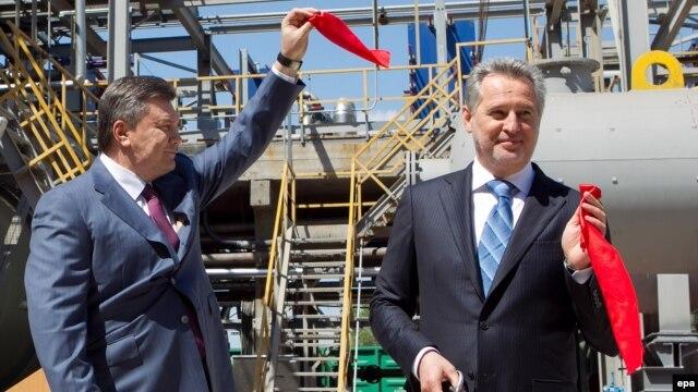 Виктор Янукович и Дмитрий Фирташ (справа) на церемонии открытии нового цеха на предприятии