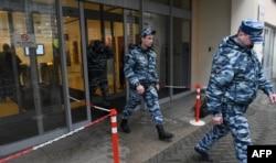 """Полиция после обысков в """"Открытой России"""" в апреле 2017 года"""