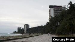 Земельные участки, на которых размещены объекты, абхазская сторона надеется получить в пользование на условиях аренды на 49 лет с оплатой в размере одного рубля в год за каждый участок
