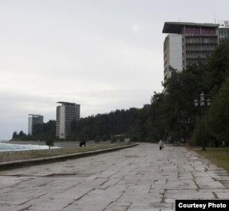 С высоты птичьего полета 14-этажки пансионатов курорта по-прежнему выглядят прекрасно, однако «при ближайшем рассмотрении» они не только обветшали за годы эксплуатации, но и представляют собой изнутри советские коммуналки