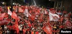 Сторонники Дилмы Русеф отмечают победу. Сан-Пауло, 26 октября