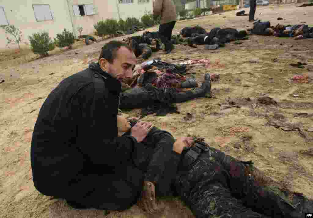 Полицейский Хамас плачет над телом товарища, убитого в результате авиаудара ВВС Израиля по штаб-квартире полиции Хамас, Газа, 27 декабря 2008.