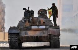 """Танк боевых отрядов курдской партии """"Демократический союз"""" на севере Сирии"""
