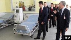 """Премиерот Никола Груевски пушта во употреба нов Центар за дијализа во Градската општа болница """"8 Септември"""" во Скопје на 8 септември 2012 година."""
