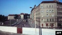 Кварталы Восточного Берлина за стеной. Вид со стороны Западного Берлина. 1968 год.