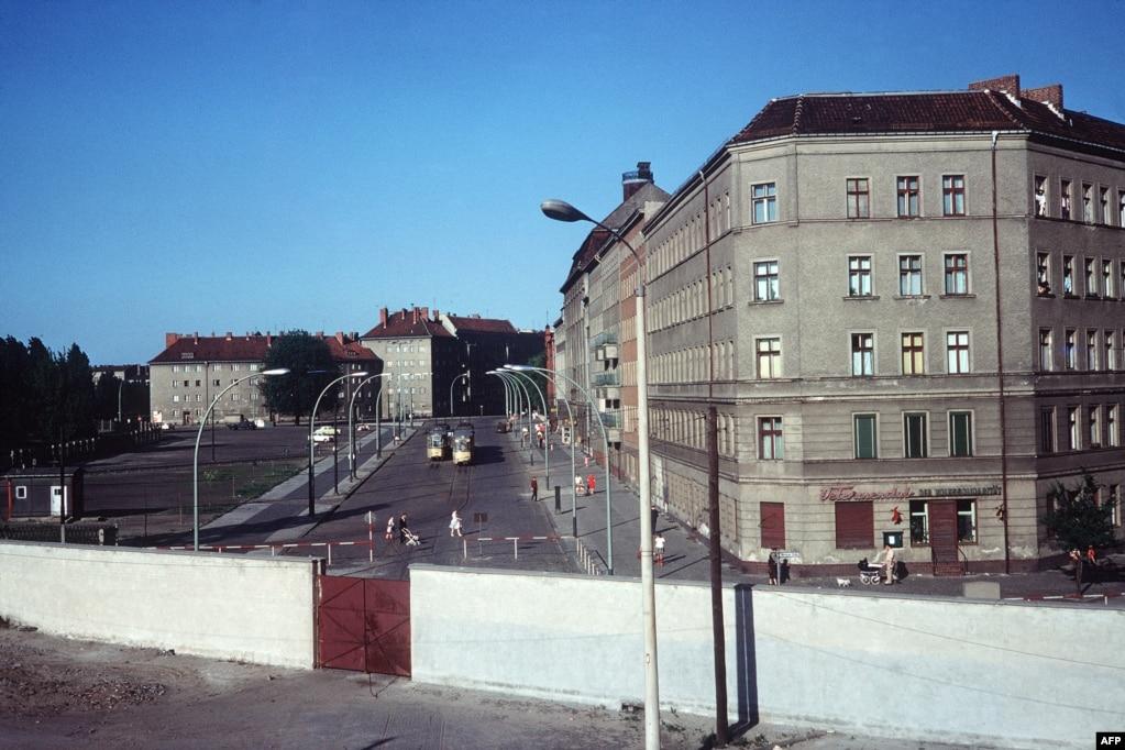 Берлінський мур і квартали Східного Берліна за ним. 1968 рік