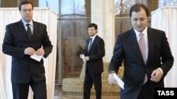 Молдованын премьер-министри Влад Филат (оңдо) жана демократтар лидери Мариан Лупу (солдо) президент үчүн добуш берүүдө. 10-ноябр, 2009-ж.