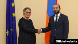 Председатель Национального собрания Армении Арарат Мирзоян (справа) и председатель ПАСЕ Лилиан Мари Паскье, Ереван, 27 марта 2019 г.