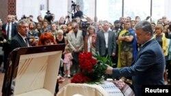 Петр Порошенко на прощании с Павлом Шереметом, 22 июля 2016