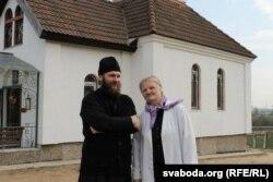 Тацьцяна Гаранская і айцец Аляксандар каля царквы Ўсіх беларускіх сьвятых