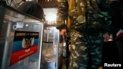 Одна з дільниць на псевдовиборах в окупованих районах Донецької та Луганської областей, 2 листопада 2014 року