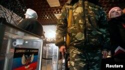 """Украина чыгышындагы """"элдик республикалардын"""" шайлоосу. 2-ноябрь, 2014-жыл"""