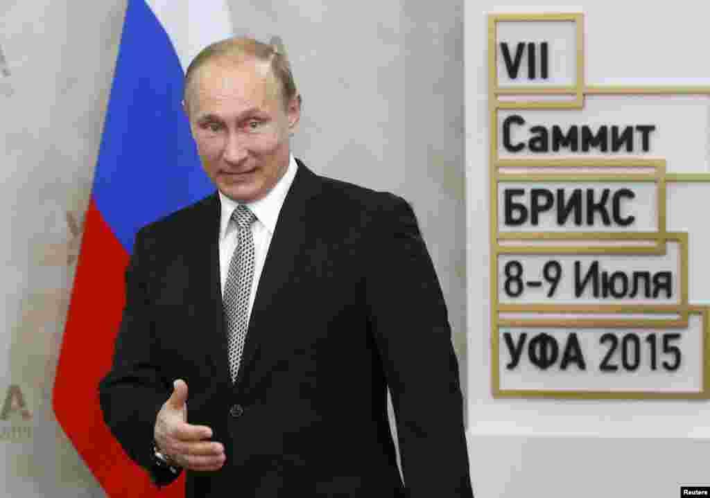 Президент России Владимир Путин встречает гостей. 8 июля