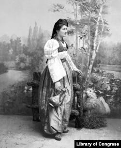 O femeie bosniacă îmbrăcată în costum tradițional, anii 1890.