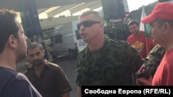 Светлозар Минов (с черните очила) спори с Иван Панчев (вляво) пред погледа на Атанас Михов (на заден план между тях) секунди преди началото на побоя