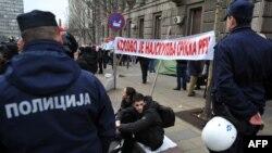 Jedan od demonstranata protiv sporazuma sa Kosovom, Beograd, 8. april 2013.