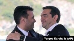 Илустрација- премиерите на Македонија и на Грција Зоран Заев и Алексис Ципрас на потпишувањето на договорот за името