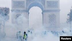 Париждегі Салтанат қақпасы алдындағы демонстранттар мен полицияның қақтығысы. 1 желтоқсан 2018 жыл.