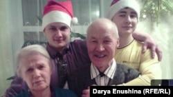 Евгений Шумилов (второй слева) с дедом