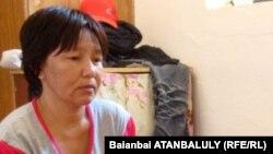Айгуль Именова, мать пограничника Мейрхана Именова. Поселок Индербор Атырауской области, 8 июля 2012 года.