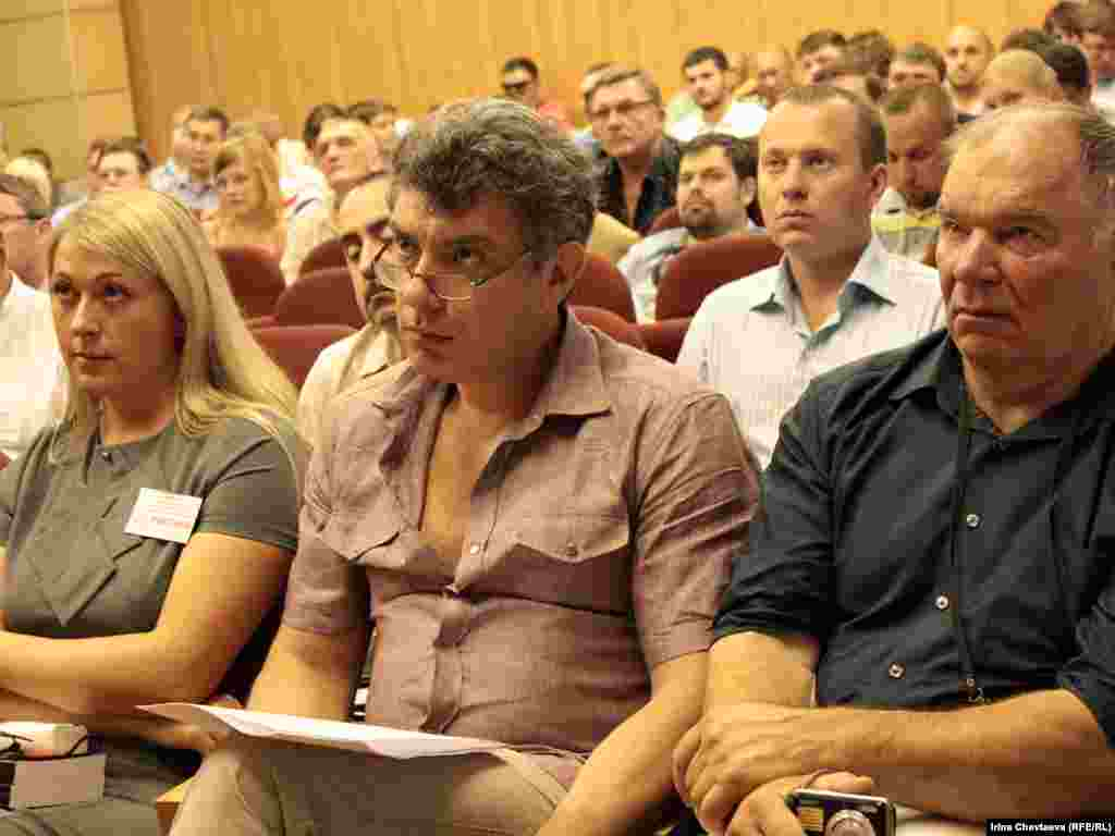 Сопредседатель ПАРНАСа Борис Немцов (в центре).