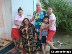 Семья Эрсмака Саралиева в Калмыкии: сестра Таиса, дети и мать