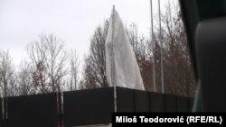 Prekriveni i strogo čuvani spomenik srpskoj vojsci i policiji iznad Lučana