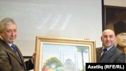 Григорий Әйдинов (с) Төркия консулы Әхмәт Акынтыга үз әсәрен бүләк итә.