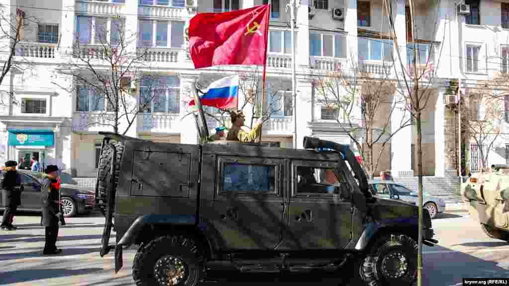 Российская военная машина с флагом СССР