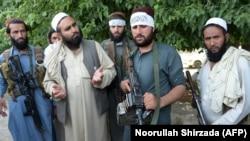 Боевики движения «Талибан» празднуют с местными жителями введение режима прекращения огня во второй день Ид аль-Фитра. Джалалабад, 16 июня 2018 года.