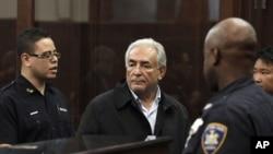 Доминик Стросс-Кан (ортада) Нью-Йорк сотында. 16 мамыр 2011 жыл.