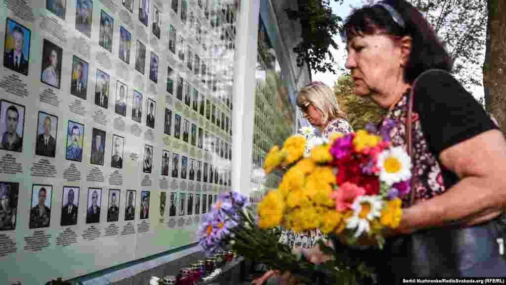 Покладання квітів до Стіни пам'яті полеглих за Україну