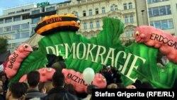 Під час попередньої демонстрації у Празі 10 травня: «гусінь, що поїдає демократію»