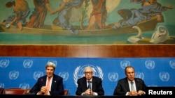 Secretarul de stat John Kerry, trimisul ONU Lahdar Brahimi și ministrul rus de externe Serghei Lavrov la sediul ONU din Geneva.