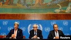 Zvicër - Sekretari amerikan i shtetit John Kerry dhe ministri i jashtëm i Rusisë Sergei Lavrov gjatë konferences për shtyp me emisarin e Kombeve të Bashkuara Lakhdar Brahimi, 13Shtator2013