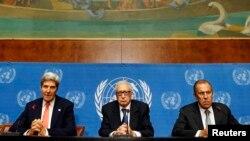 Слева направо: госсекретарь США Джон Керри, специальный представитель ООН Лахдар Брахими, министр иностранных дел России Сергей Лавров. Женева, 13 сентября 2013 года.
